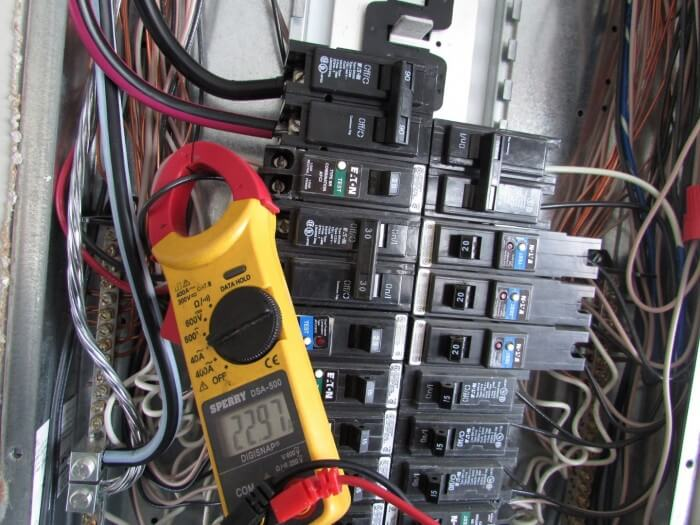 Clamp-meter on overloaded circuit breaker